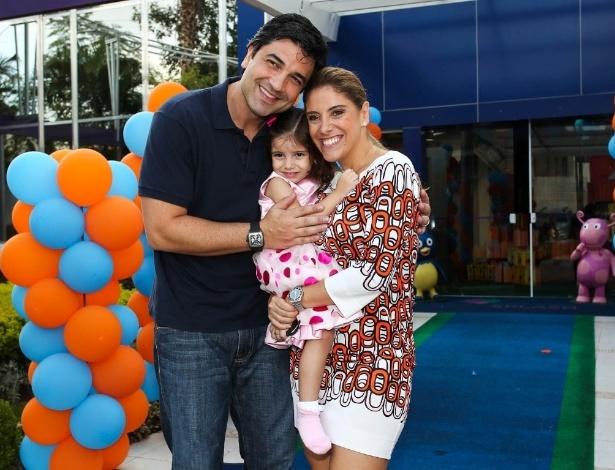 Maria Eduarda entre os pais Edu Guedes e Daniela Zurita