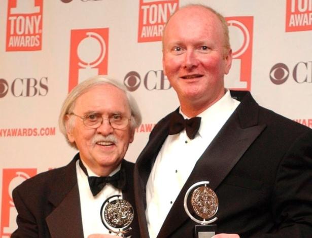 """Mark O""""Donnell (à dir.) posa com Thomas Meehan no Tony Awards de 2003, em Nova York (8/6/03) - AP"""