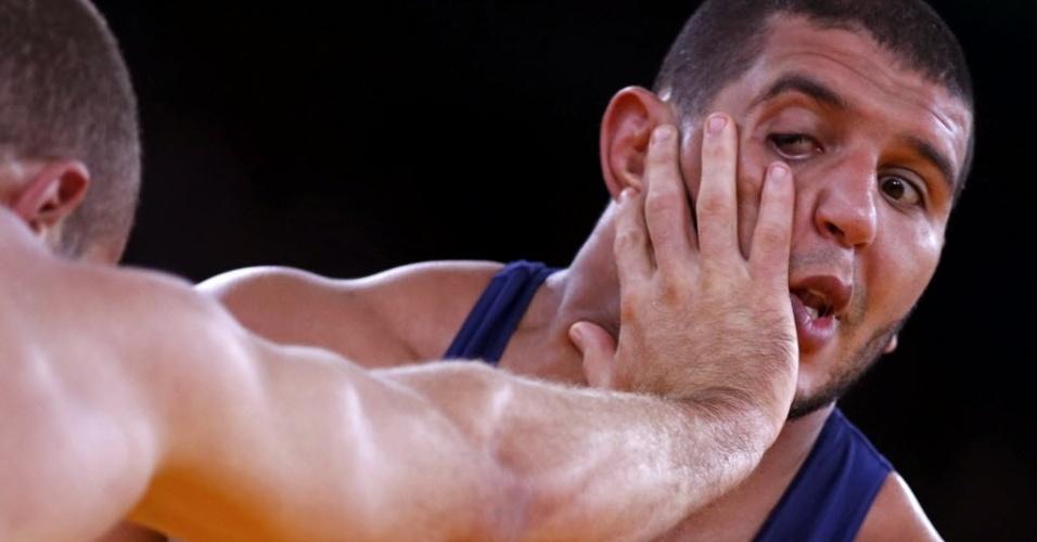 Marroquinho Choukri Atafi leva uma dedada no olho durante combate da luta olímpica, pela categoria até 96 kg, nesta terça (07/08)
