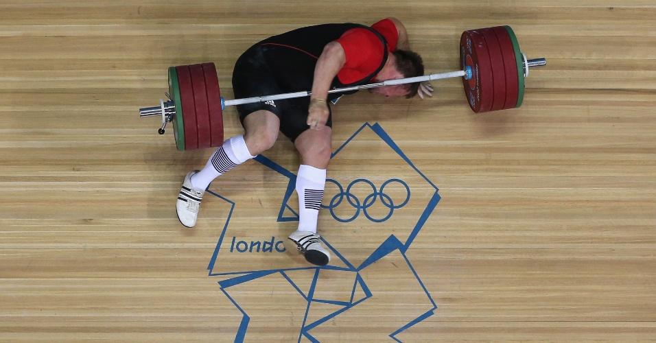 Matthias Steiner cai após falhar no levantamento de peso nesta terça-feira (07/08)