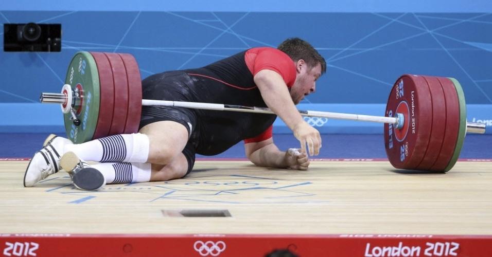 Matthias Steiner falha na tentativa de levantar 196 kg na categoria acima de 105 kg, é atingido e fica em baixo da barra e fica no chão no levantamento de peso