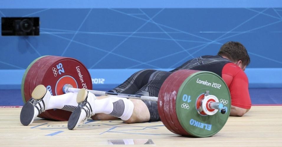 Matthias Steiner falha na tentativa de levantar 196 kg na categoria acima de 105 kg, é atingido pela barra e fica no chão no levantamento de peso