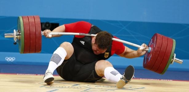 Matthias Steiner falha na tentativa de levantar 196 kg e é atingido no pescoço pela barra
