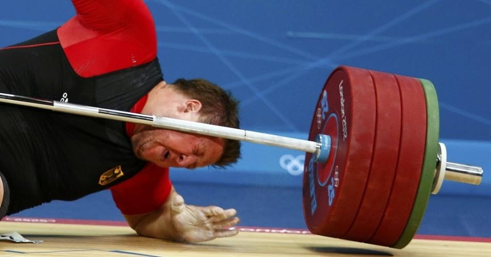 Matthias Steiner falha na tentativa de levantar 196 kg na categoria acima de 105 kg e é atingido pela barra no levantamento de peso