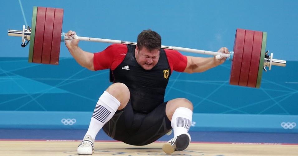Matthias Steiner falha na tentativa de levantar 196 kg na categoria acima de 105 kg no levantamento de peso