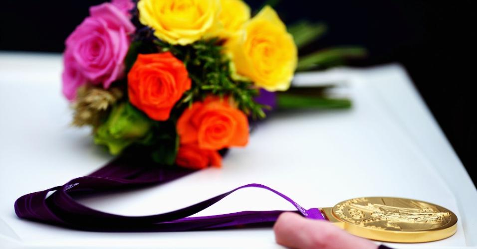 Medalha de ouro da vela em bandeja antes de ser entregue aos atletas em Weymouth, Inglaterra