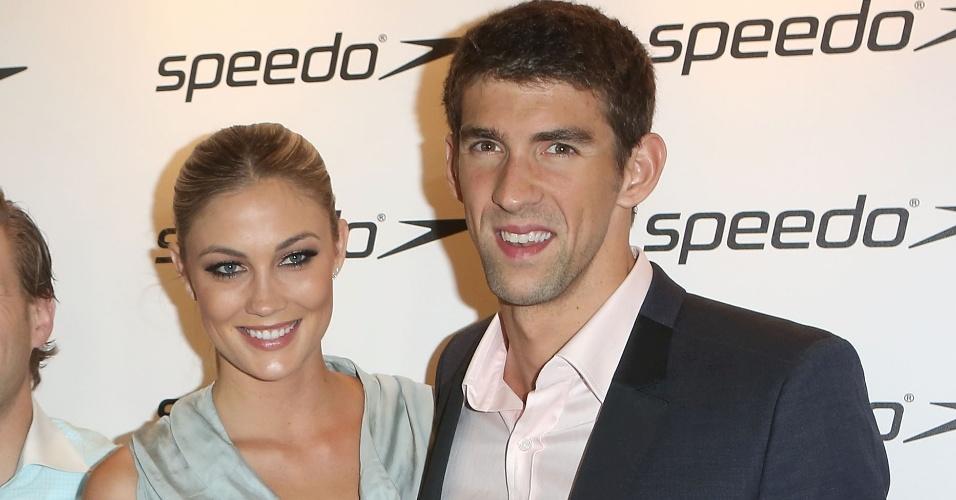 Michael Phelps aparece ao lado da modelo Megan Rosee em evento da marca Speedo e aumenta boatos sobre namoro