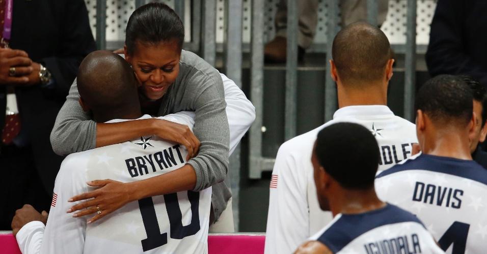 Michelle Obama abraça Kobe Bryant, após vitória da equipe masculina de basquete norte-americana sobre a França