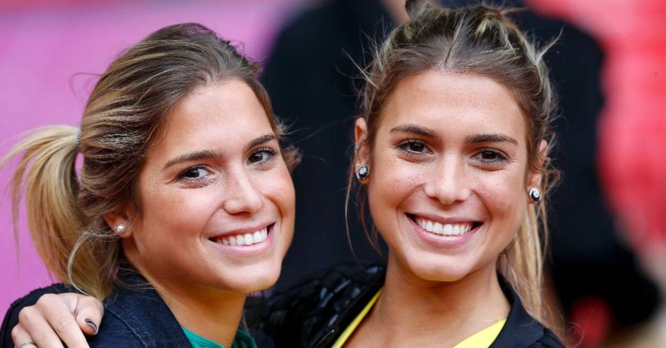 Musas do nado sincronizado, Bia e Bianca posam para foto antes do jogo entre Brasil e Coreia do Sul, em Manchester