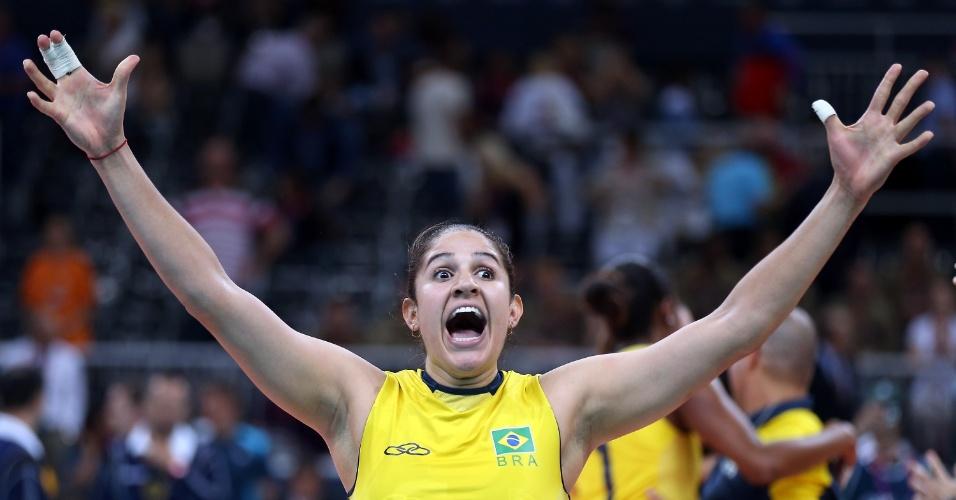 Natalia, que foi dúvida até o último momentos antes de Londres, vibra com a vitória do Brasil contra a Rússia