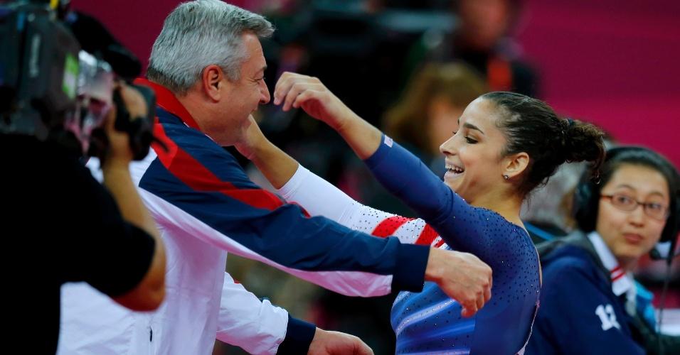 Norte-americana Alexandra Raisman comemora com técnico ao conquistar a medalha de ouro na final de solo