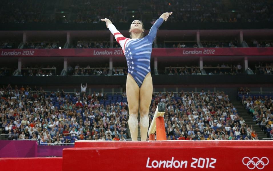 Norte-americana Alexandra Raisman encerra sua série de trave; após uma revisão de sua nota de partida, a americana ficou com a medalha de bronze