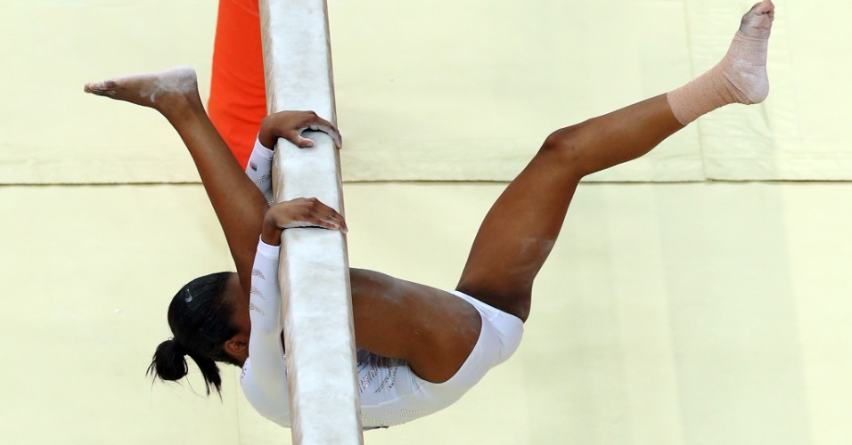 Norte-americana Gabrielle Douglas sofre uma queda durante sua série na final de trave; a ginasta terminou apenas em sétimo lugar