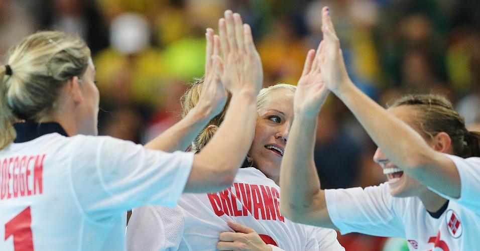 Norueguesas comemoram vitória por dois gols de diferença sobre Brasil nas quartas de final da Olimpíada