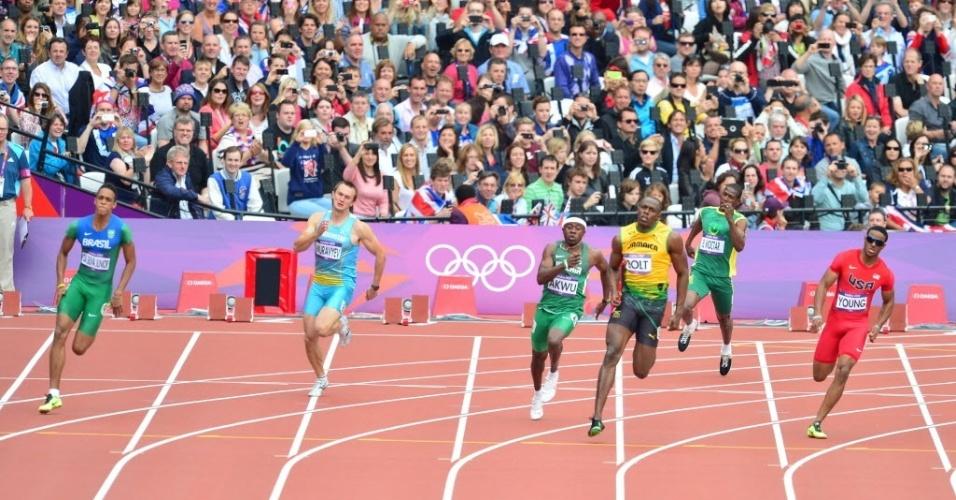 O brasileiro Aldemir da Silva Junior (esq) chegou em segundo lugar na sua bateria dos 200 m