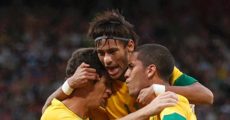 Oscar, Neymar e Rômulo se abraçam após o volante abrir o placar para o Brasil na partida contra a Coreia do Sul