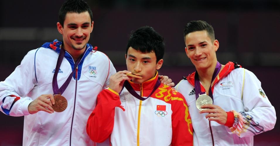 Pódio das barras paralelas teve Hamilton Sabot (e), Feng Zhe (c) e Marcel Nguyen com as medalhas de bronze, ouro e prata, respectivamente