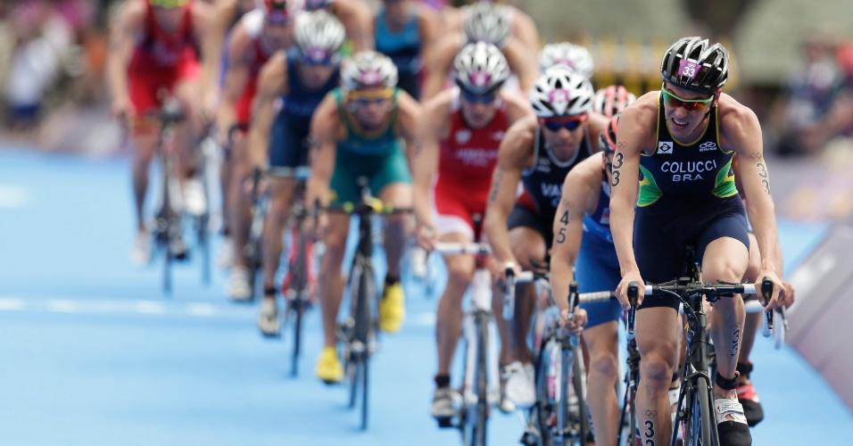 Reinaldo Colucci puxa pelotão na parte do ciclismo no triatlo olímpico. Brasileiro terminou prova no 36º lugar
