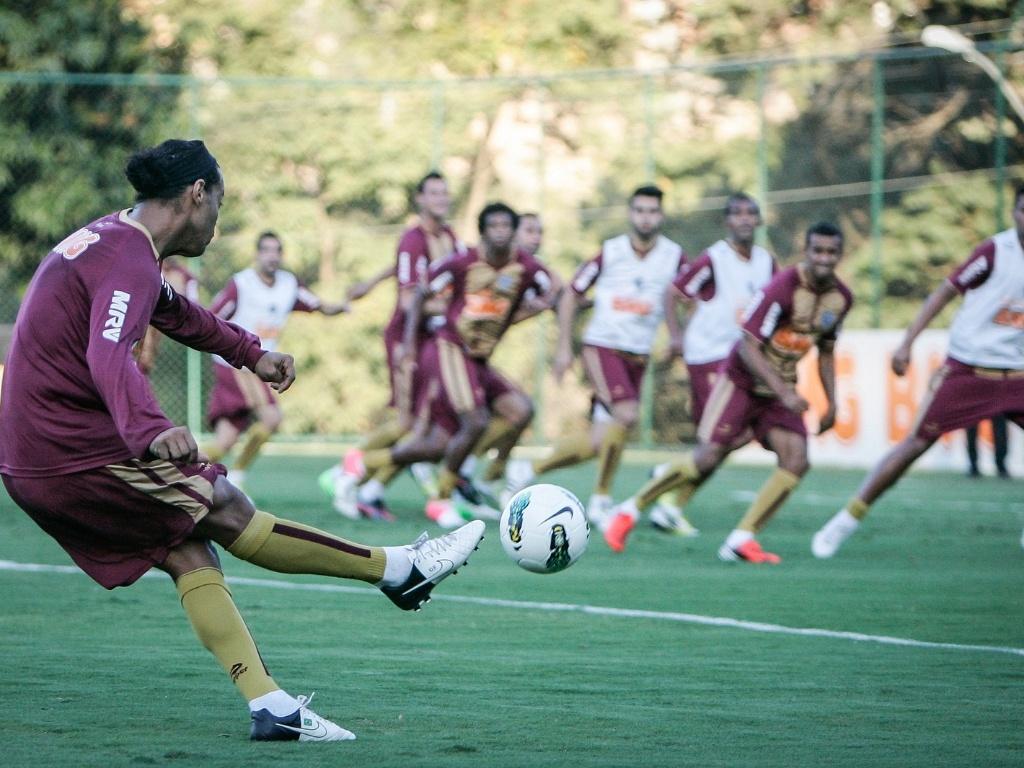 Ronaldinho Gaúcho cobra falta em treino do Atlético-MG, na Cidade do Galo (7/8/2012)