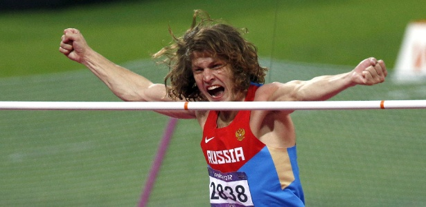 Russo Iván Ukhov celebra a medalha de ouro na final do salto em altura nos Jogos Olímpicos de Londres