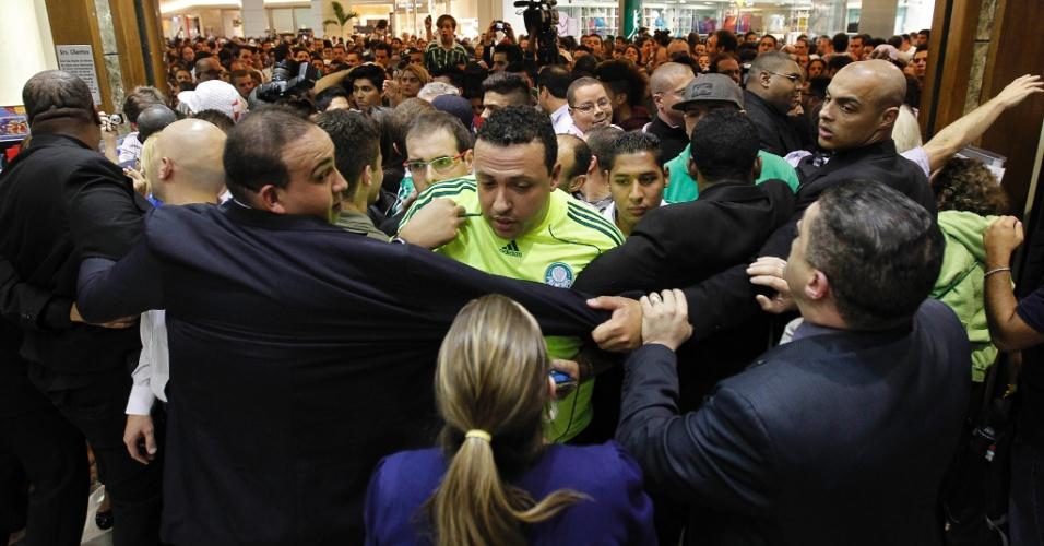 Seguranças tentam evitar tumulto na entrada de livraria em São Paulo no lançamento da biografia de Marcos