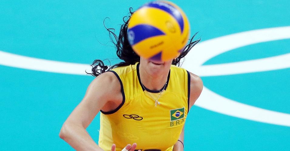 Sheilla fica escondida pela bola durante duelo contra a Rússia