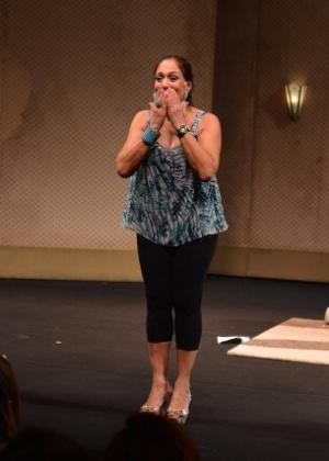 """Susana Vieira agradece o público após a sessão de convidados da peça """"A Partilha"""" de Miguel Falabella, no teatro """"Oi Casagrande"""", no Leblon (6/8/12)"""