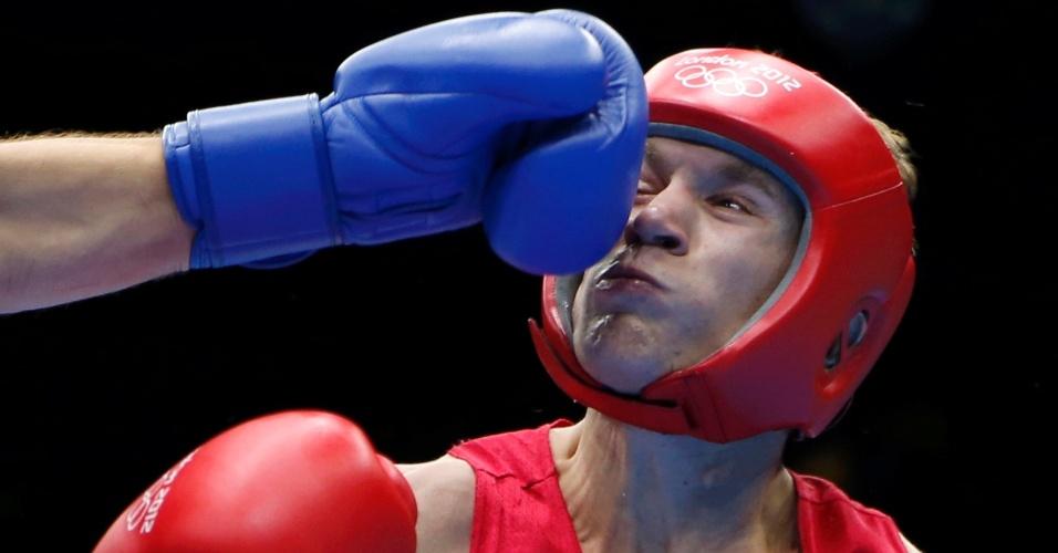 Taras Shelestyuk, da Ucrânia, leva soco do francês Alexis Vastine durante quartas de final do boxe