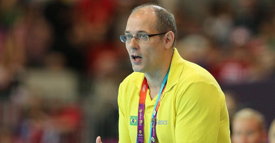 Técnico Morten Soubak passa instruções para time brasileiro em jogo contra a Noruega
