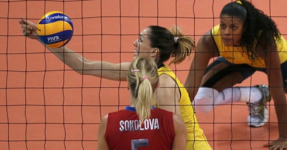 Thaisa tenta salvar bola na partida desta terça-feira pelas quartas de final em Londres