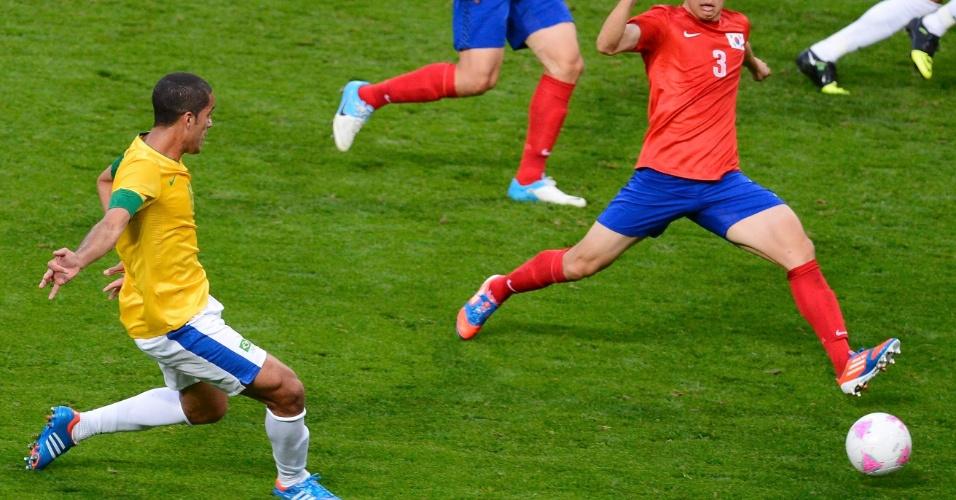 Volante Rômulo bate para o gol e abre o placar no jogo entre Brasil e Coreia do Sul pela semifinal dos Jogos de Londres