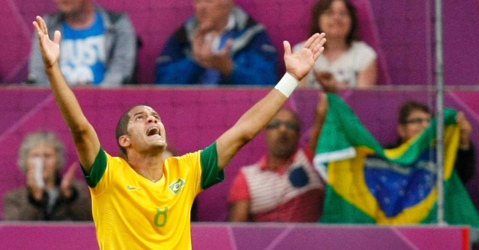 Volante Rômulo comemora após abrir o placar da partida entre Brasil e Coreia do Sul pela semifinal dos Jogos de Londres