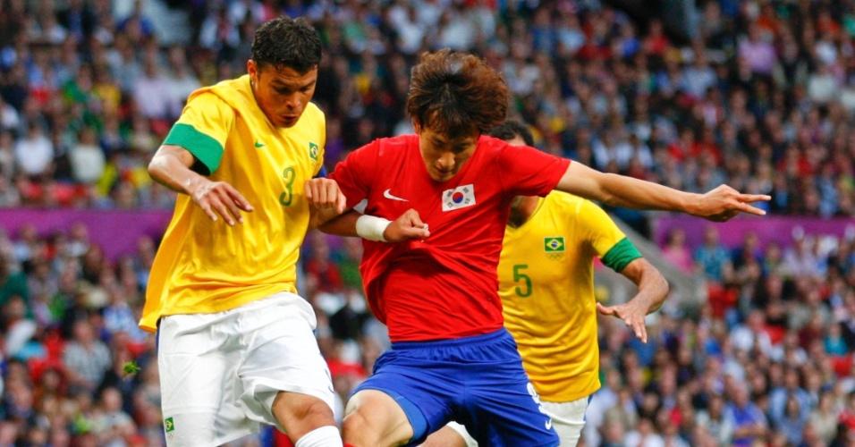 Zagueiro brasileiro Thiago Silva afasta a bola após ataque da Coreia do Sul pela semifinal dos Jogos de Londres