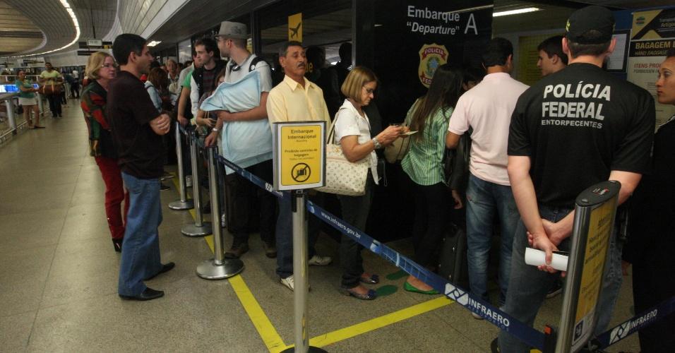 8.ago.2012 - Agentes da Polícia Federal em greve realizam operação padrão no embarque internacional do Aeroporto Internacional Tancredo Neves, em Confins, na grande Belo Horizonte (MG), na noite desta quarta-feira (8). A fiscalização minuciosa provocou o aumento de filas no aeroporto