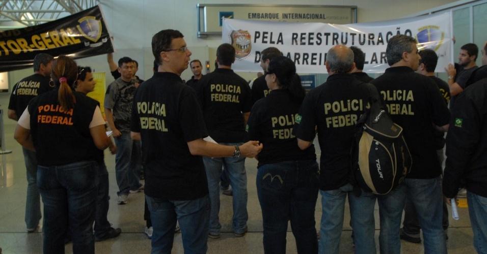 8.ago.2012 - Agentes da Policia Federal participam de protesto no aeroporto do Galeão, zona norte do Rio de Janeiro