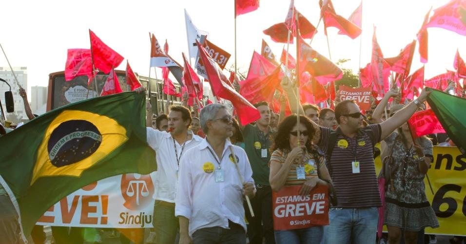 8.ago.2012 - Em greve, servidores públicos organizaram uma passeata em frente ao Palácio do Planalto, em Brasília