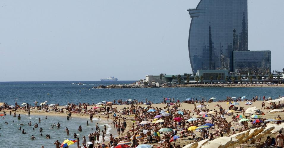 8.ago.2012 -  Espanhóis aproveitam dia de calor na praia de Barceloneta, em Barcelona. A onda de calor no país levou o governo a precaver a população, alertando sobre os riscos de incêndios, devido ao tempo seco
