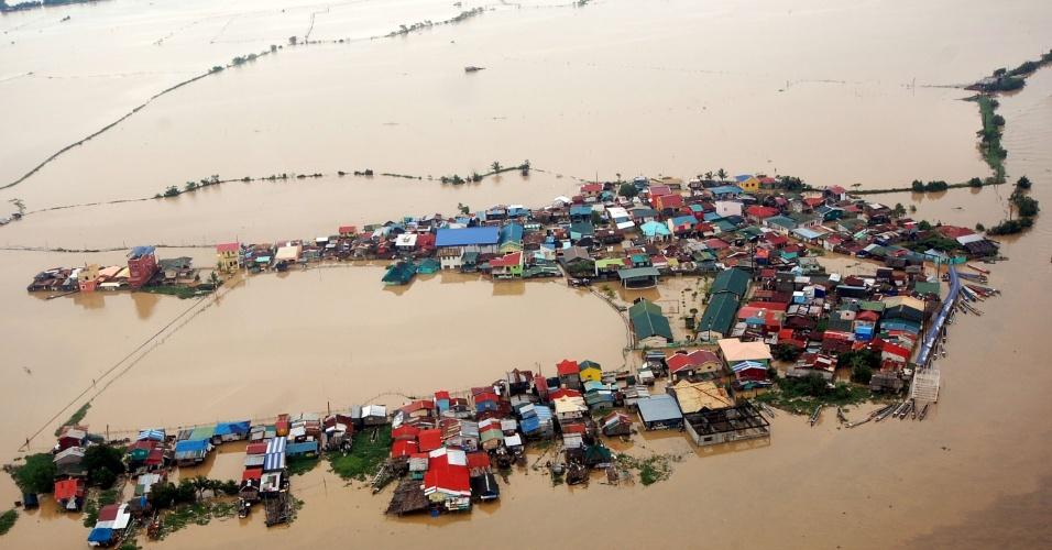 8.ago.2012 - Foto divulgada nesta quarta-feira (8) pelo Departamento de Defesa Nacional das Filipinas mostra área completamente inundada em Bulacan, ao norte de Manila.  Entre 60% e 80% da capital ainda se encontra sob a água, segundo as autoridades, que já alertaram que o mau tempo continuará em toda a região