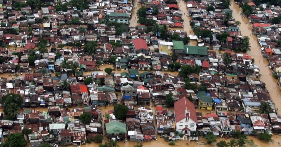 8.ago.2012 - Imagem feita pela Força Aérea das Filipinas mostra área residencial alagada em Manila. Equipes de resgate estão levando alimentos, roupas e água a aproximadamente 850 mil desabrigados. Segundo os bombeiros, 60% da cidade de Manila está inundada