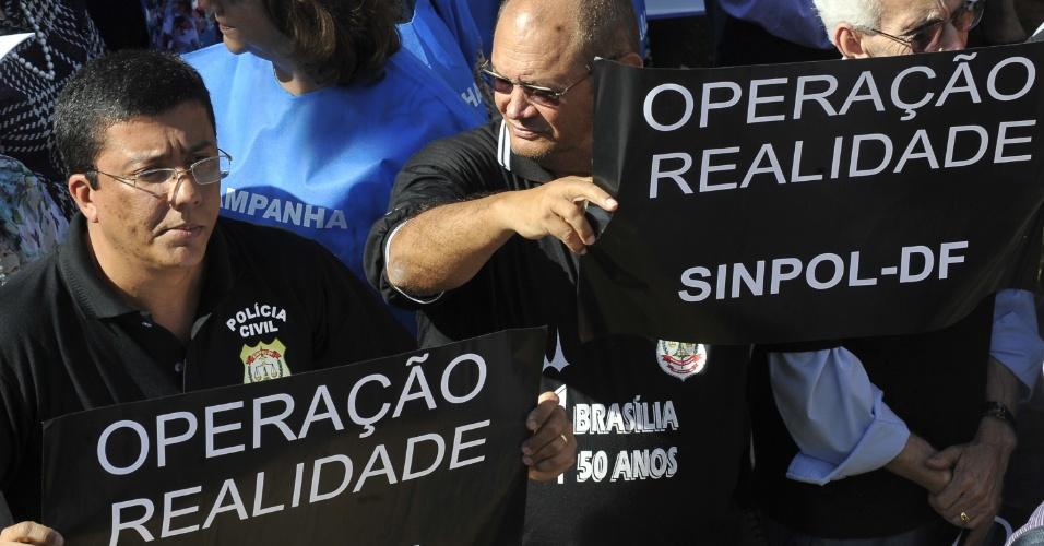 8.ago.2012 - Policiais federais exibem cartazes durante passeata realizada em Brasília, no segundo dia de greve da categoria, que reivindica reestruturação na carreira