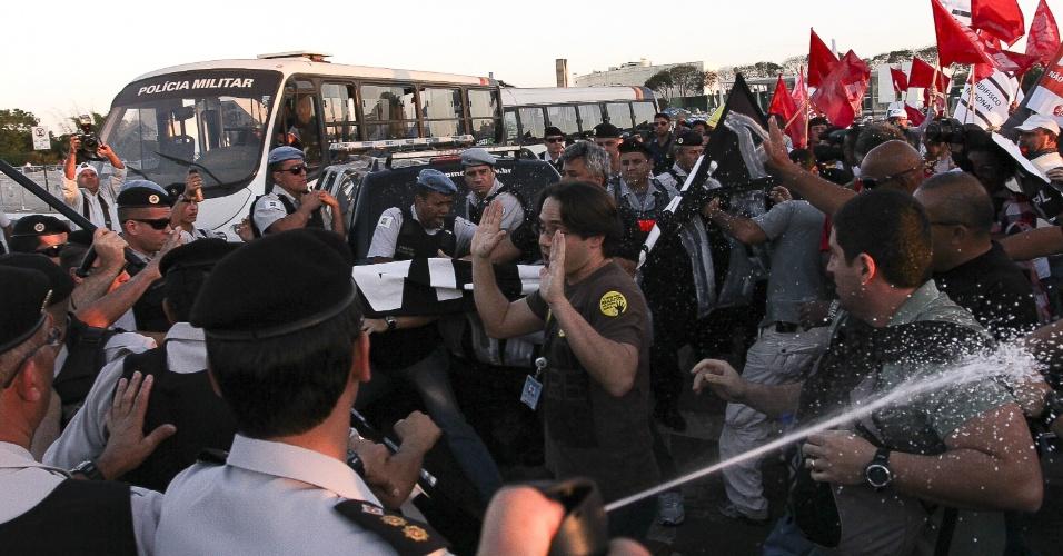 8.ago.2012 - Policiais militares entram em confronto com policiais civis durante protesto de servidores públicos federais realizado nesta quarta-feira, na Esplanada dos Ministérios, em Brasília
