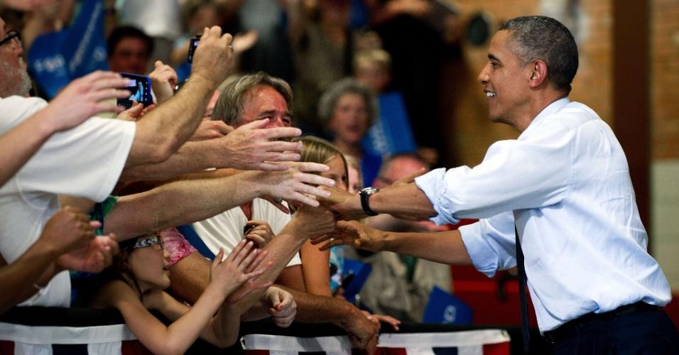 8.ago.2012 - Presidente dos Estados Unidos, Barack Obama, aperta a mão de eleitores em sua chega a um evento de campanha em Grand Junction, no Colorado (EUA). Faltando três meses para as eleições, Obama se mantém à frente de seu adversário Mitt Romney