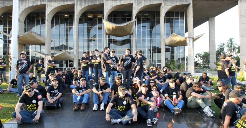 8.ago.2012 - Servidores da Polícia Federal, que estão em greve deste terça-feira (7), participam de um protesto em frente ao Ministério da Justiça, na Esplanada dos Ministérios, em Brasília