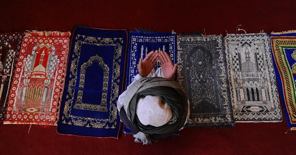 8.ago.2012 - Um homem reza em uma mesquita histórica da província de Samangan, em Cabul (Afeganistão), durante o mês sagrado do Ramadã