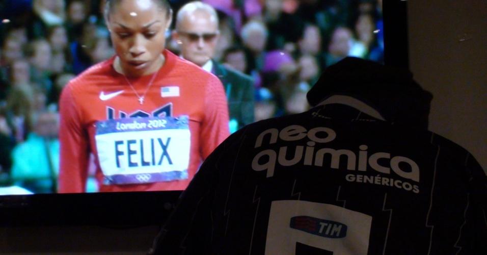 A Olimpíada corre solta na TV do pub corintiano, mas Brian Phillips está concentrado em achar camisetas para turistas brasileiros que estão ali