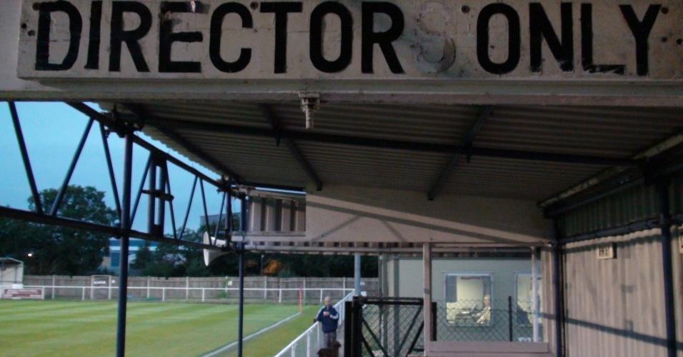 A tribuna de honra tem indicação clara no estádio com capacidade para 2.500 pessoas, a maioria em pé no entorno do gramado