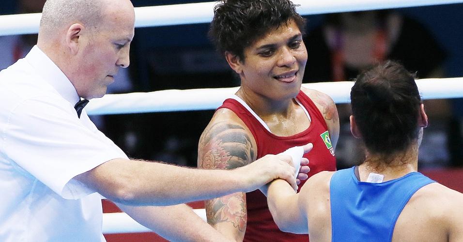 Adriana Aparecida cumprimenta adversária russa após ser derrotada na semifinal da categoria até 60 kg