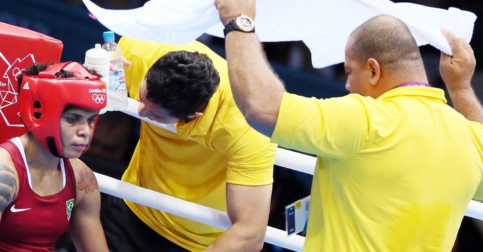 Adriana Aparecida recebe conselhos de sua equipe durante luta da semifinal da categoria até 60 kg