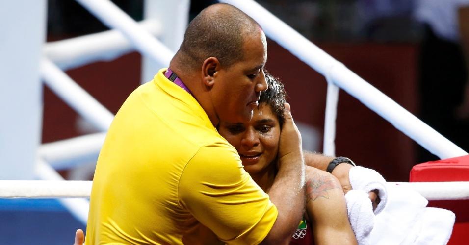 Adriana Araujo é consolada pelo técnico Claudio Aires. A boxeadora brasileira perdeu a semifinal olímpica para a russa Sofya Ochigava