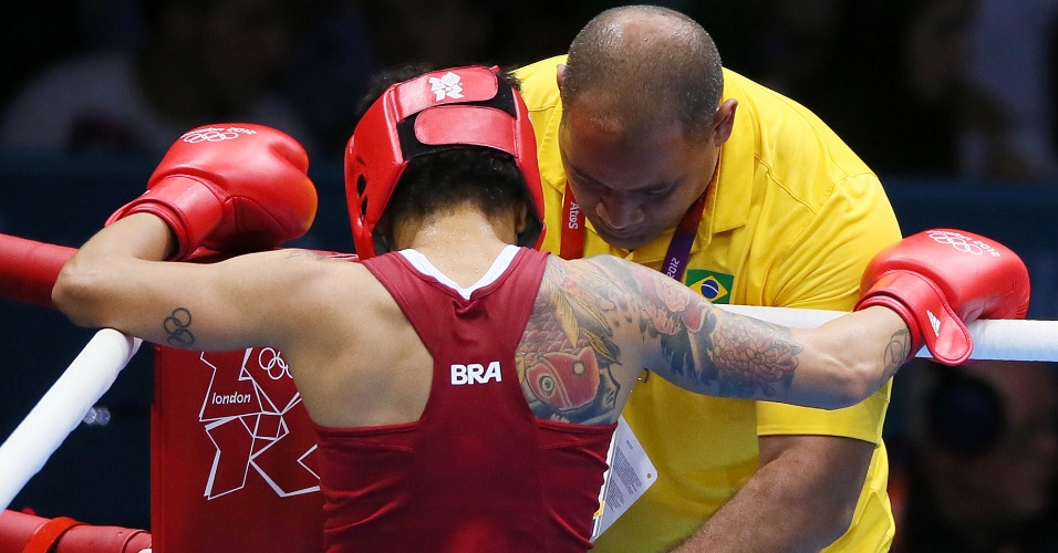 Adriana Araujo recebe orientações de técnico durante luta da semifinal da categoria até 60 kg